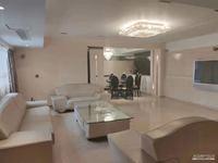 东方广场精装200多平,五室两卫两厅有超大客厅、四室朝南,住家精装,年租6.8万